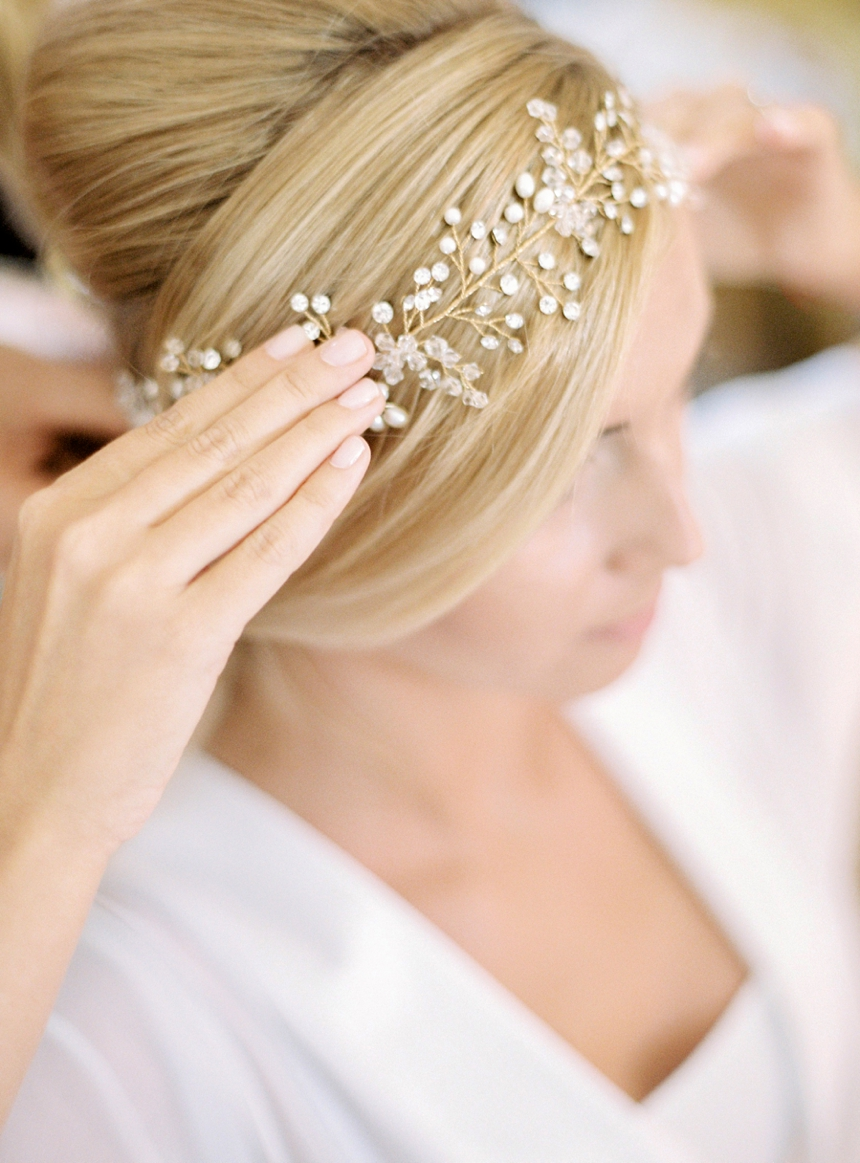 getting ready bride - headpiece , by melanie nedelko wedding photographer