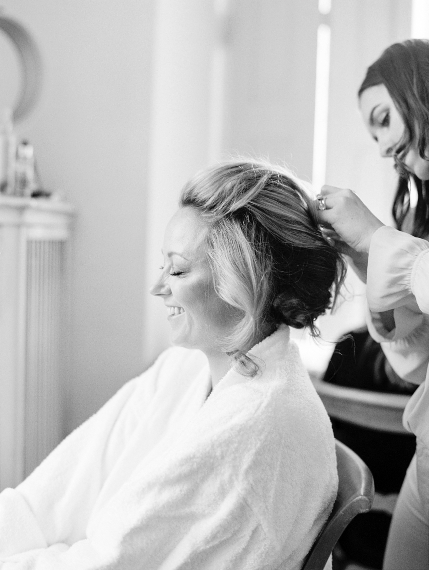 getting ready bride schloss leopoldskron © melanie nedelko wedding photographer